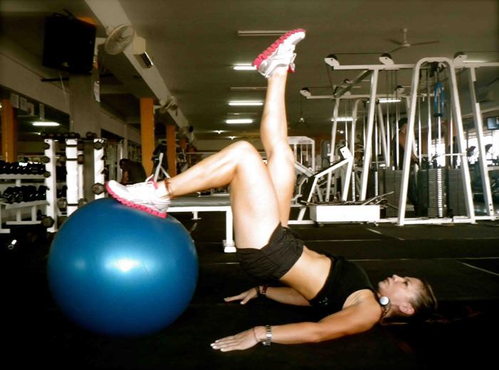 Упражнения с топка - упражнения за дупе и бедра