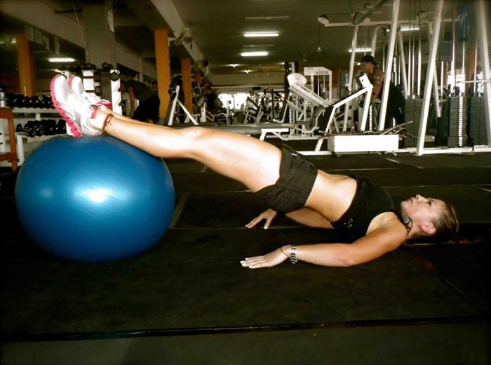 Упражнения за задната част на бедрата с топка