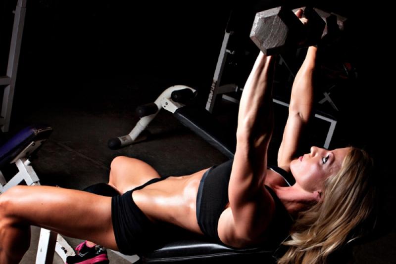 упражнения за гърди жени с гири